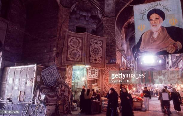 Portrait de l'ayatollah Rouhollah Khomeini dans le grand bazar d'Ispahan Iran