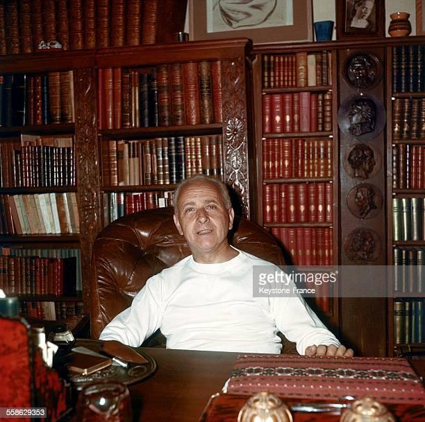 Portrait de l'écrivain français Louis Aragon circa 1960