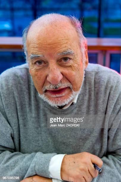 Portrait de l'écrivain poète et peintre marocain lauréat du prix Goncourt pour son roman « La Nuit Sacrée » Tahar Ben Jelloun ici à l'occasion de...