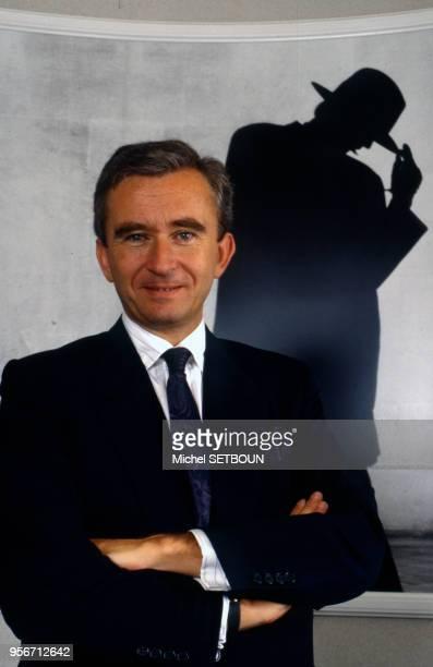Portrait de l'homme d'affaire français Bernard Arnault dans la maison Dior à Paris France