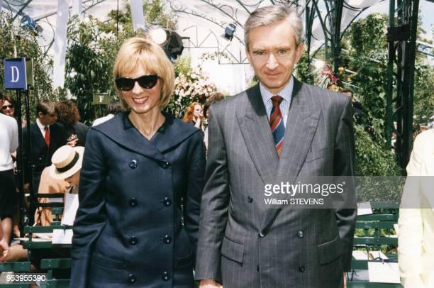 Portrait de l'homme d'affaires Bernard Arnault et de sa femme au défilé de hautecouture pour la collection automnehiver le 6 juillet 1997 à Paris...