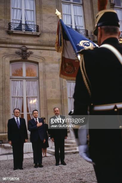 Portrait de l'homme politique américain Caspar Weinberger et des français Charles Hernu et Roland Dumas le 27 mars 1985 à Paris France