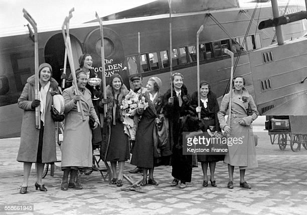 Portrait de l'équipe française féminine de hockey sur glace à leur descente d'avion au Bourget France