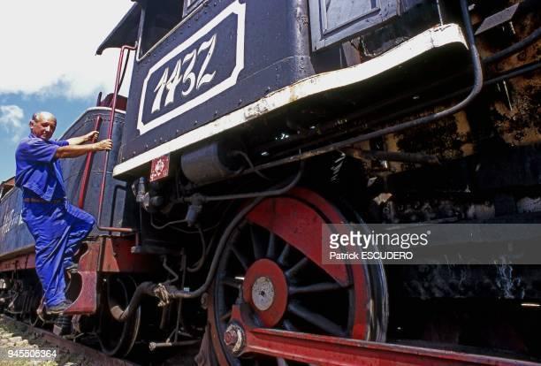 portrait de machiniste sur une locomotive vapeur baldwin en gare de Trinidad