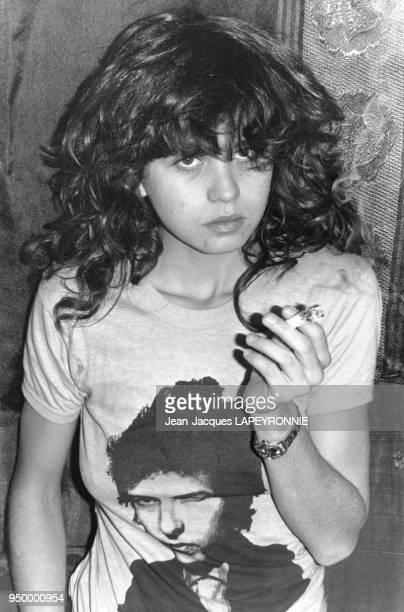 Portrait de Maria Schneider actrice française fumant une cigarette en février 1978 en France
