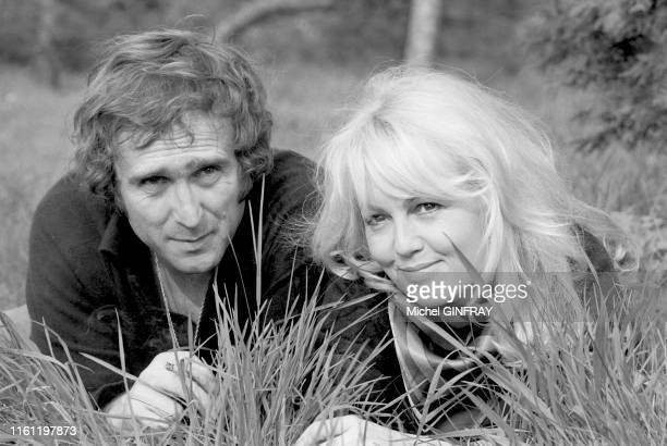 Portrait de Mylène Demongeot et Marc Simenon dans le jardin de leur maison de Rambouillet le 8 avril 1974 France