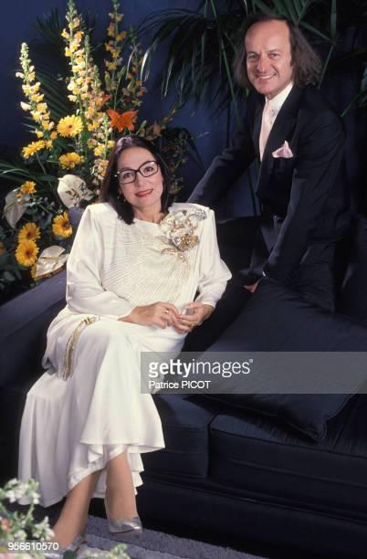 Portrait de Nana Mouskouri et de son fiancé le 8 décembre 1989 à Paris France
