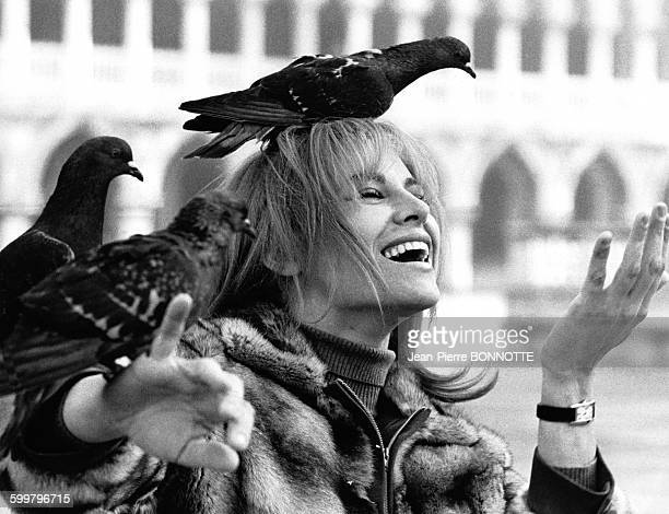 Portrait de Nathalie Delon actrice française Place Saint Marc à Venise Italie circa 1970