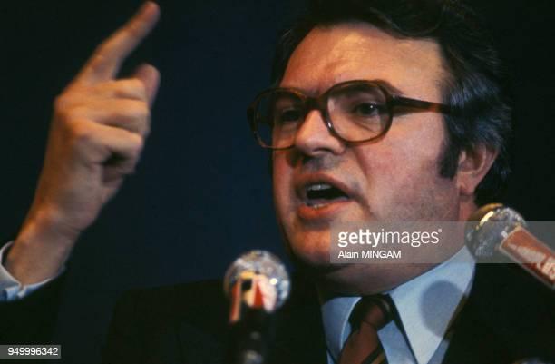 Portrait de Pierre Mauroy lors d'un meeting en 1975 en France.