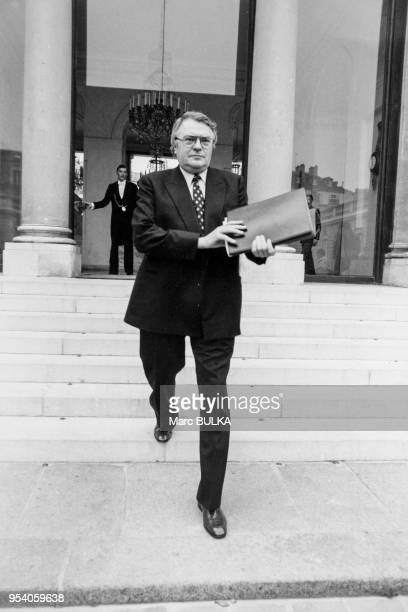 Portrait de Pierre Mauroy Premier ministre sortant du conseil des ministres le 4 novembre 1981 à Paris France