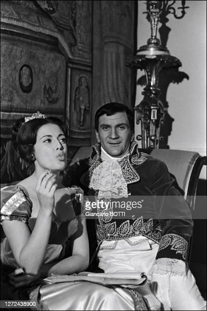 """Portrait de Pierre Mondy et Anna Maria Ferrero sur le tournage du film """"Austerlitz"""" en 1960."""