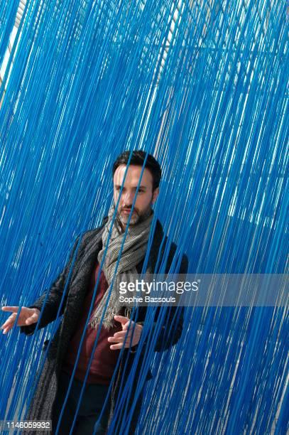 """Portrait de Sebastien Bizet, nouveau responsable de la Communication chez Fondation d'entreprise Luis Vuitton devant la sculpture """"Pénétrable BBL..."""