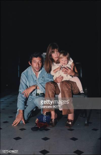 Portrait de Serge Gainsbourg avec Jane Birkin et sa fille Kate Barry dans leur hôtel particulier, 5 bis rue de Verneuil, en 1969.
