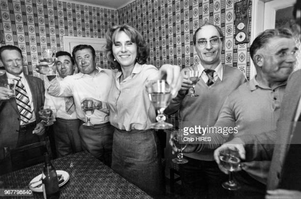 Portrait d'Edith Cresson ministre de l'Agriculture buvant le vin d'honneur avec des agriculteurs lors de sa visite en IndreetLoire le 31 mai 1981 à...
