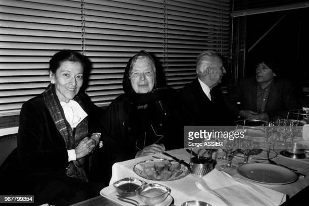 Portrait d'Edmonde Charles-Roux, de Marguerite Yourcenar, Gaston Defferre et Dominique Fernandez dînant dans un restaurant le 18 mars 1983 à...