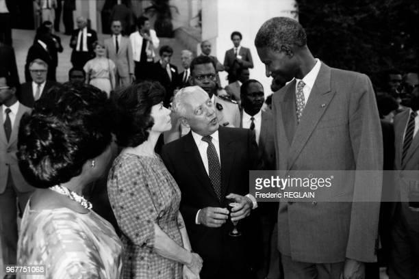 Portrait d'Elisabeth Diouf Danielle Mitterrand Guy Penne et du président sénégalais Abdou Diouf à l'Elysée le 15 juin 1986 à Paris France