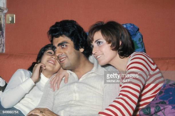 Portrait d'Enrico Macias avec sa femme Suzy et sa fille Jocya circa 1970 à Paris France