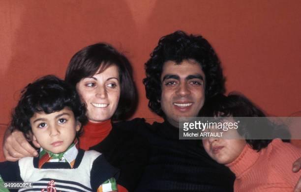 Portrait d'Enrico Macias avec sa femme Suzy et ses enfants Jean-Claude et Jocya, circa 1970, à Paris, France.