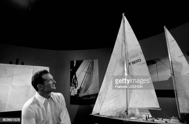 Portrait d'Eric Tabarly à côté de maquettes de voiliers le 6 juillet 1976 à Paris France