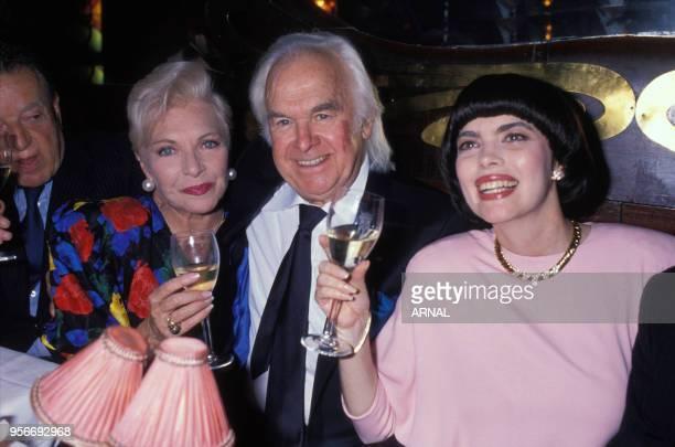 Portrait des chanteuses Line Renaud et Mireille Mathieu avec l'impresario Johnny Stark à la soirée d'anniversaire de Mireille Mathieu en juillet 1988...