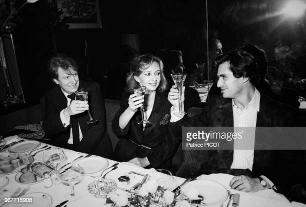 Portrait des comédiens André Dussollier Caroline Cellier et de Sami Frey fêtant la 100è représentation de la pièce 'Trahisons' de Pinter qu'ils...