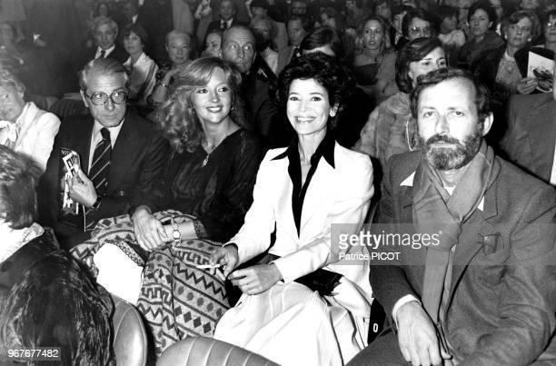 Portrait des comédiens Jean Poiret Caroline Cellier MarieJosé Nat et son mari le réalisateur Michel Drach à la première de 'NotreDame de Paris' au...
