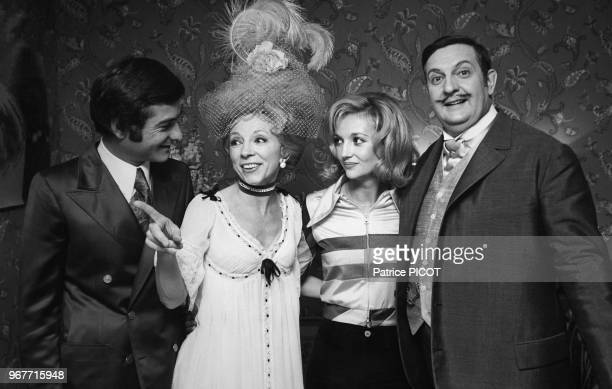Portrait des comédiens JeanClaude Brialy Micheline Boudet Caroline Cellier et Jacques Charon lors d'une représentation de la pièce de théâtre 'Mais...