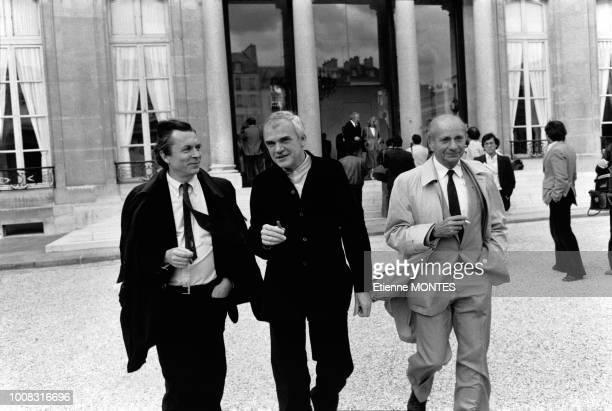 Portrait des écrivains JeanPierre Faye et Milan Kundera à la sortie du palais de l'Elysée où ils ont été reçus par le président Mitterrand lors d'une...