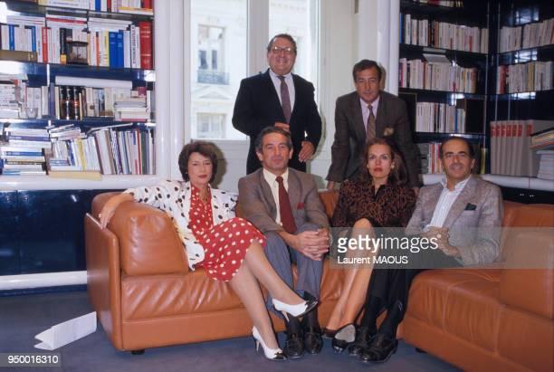 Portrait des éditorialistes d'Europe 1 avec assis Michèle Cotta Ivan Levaï Catherine Nay JeanPierre Elkabbach et au second plan Gérard Carreyrou et...