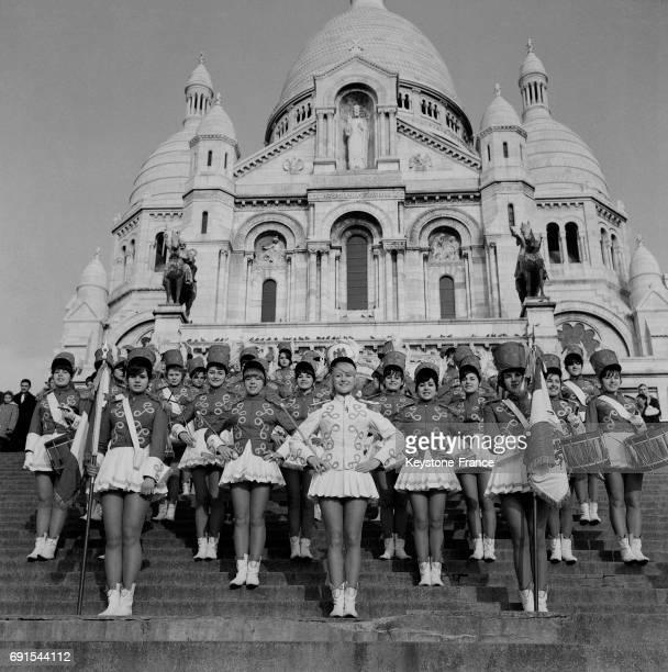 Portrait des majorettes de Nice devant la basilique du SacréCoeur à Montmartre à Paris France le 20 décembre 1964