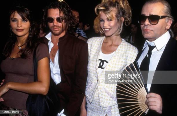Portrait des mannequins Helena Christensen et Claudia Schiffer entourées du chanteur australien Michael Hutchence et du couturier Karl Lagerfeld au...