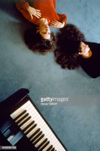 Portrait des soeurs Katia et Marielle Labèque en 1980 à Paris France