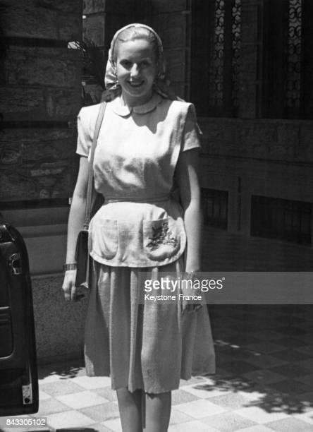 Portrait d'Eva Peron, la femme du Président argentin, en vacances à Rapallo : elle arbore ici l'emblème de la ville de Rome, une louve, sur la poche...