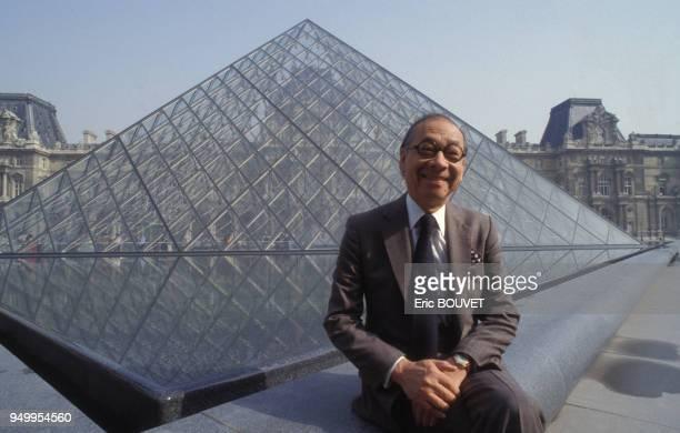 Portrait d'Ieoh Ming Pei devant la pyramide du Louvre qu'il a conçue en mars 1989 à Paris, France.