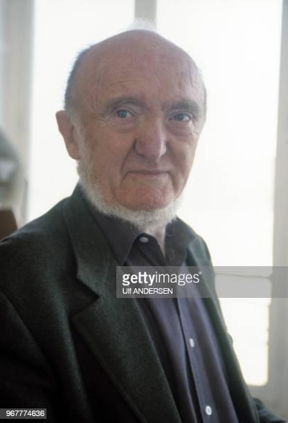 Portrait du biologiste et généticien francais Albert Jacquard le 21 janvier 2000 à Paris, France.