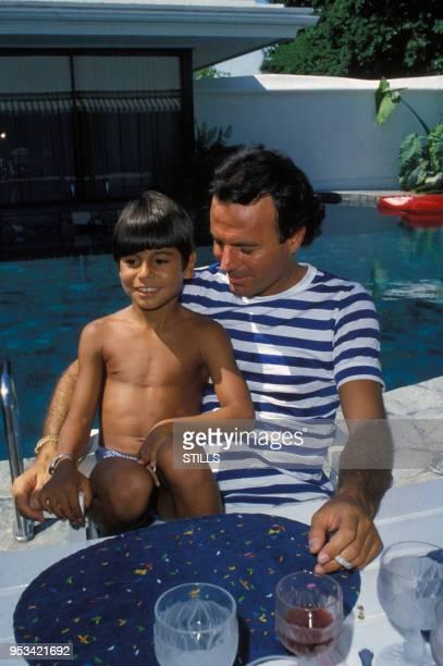 Portrait du chanteur espagnol Julio Iglesias et de son fils, circa 1980.