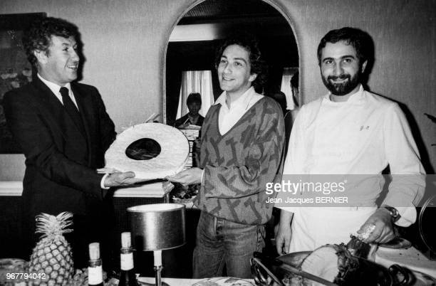 Portrait du chanteur Michel Berger célébrant chez Guy Savoy le premier anniversaire de sa maison de disque 'Apache' le 18 octobre 1984 à Paris France