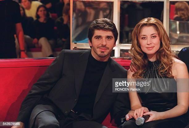 """Portrait du chanteur Patrick Fiori et de la chanteuse Lara Fabian lors de l'émission de télévision """"Vivement dimanche"""""""