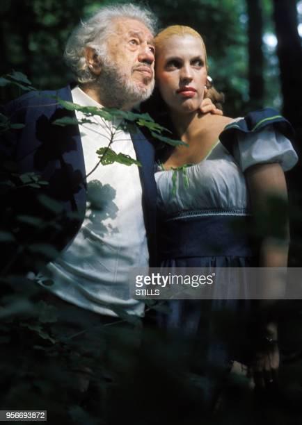 Portrait du comédien Michel Simon en compagnie d'une jeune femme blonde, circa 1970.