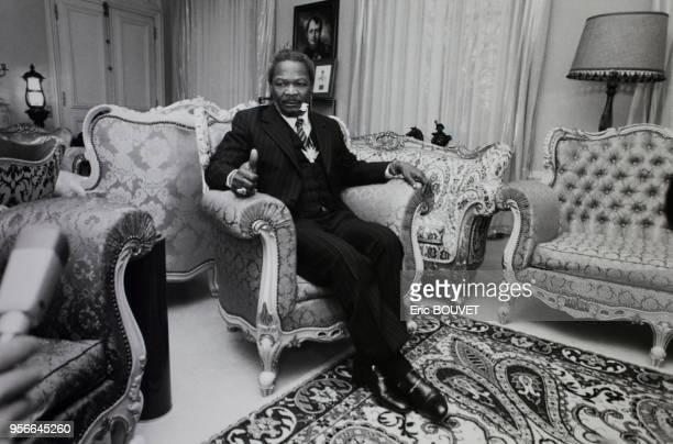 Portrait du dictateur centrafricain JeanBedel Bokassa autoproclamé Empereur dans le salon de son château d'Hardricourt le 6 décembre 1984 à...