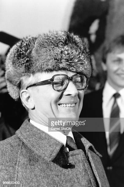 Portrait du dirigeant estallemand Erich Honecker portant une toque de fourrure lors d'un sommet interallemand le 11 décembre 1981 à Berlin Allemagne