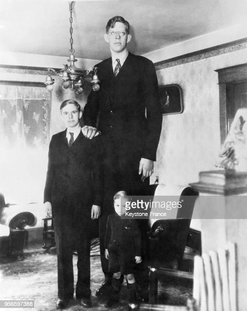 Portrait du géant américain Robert Pershing Wadlow en compagnie de ses frères à Alton Illinois aux EtatsUnis le 7 mars 1936