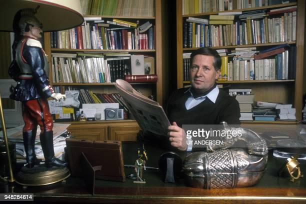 Portrait du journaliste Alain Duhamel chez lui en janvier 1989 à Paris France