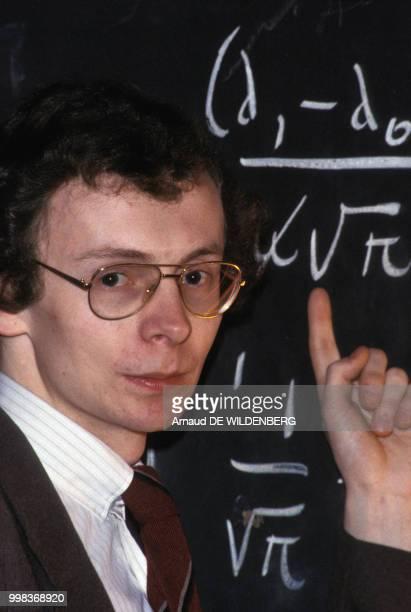 Portrait du journaliste Laurent Broomhead devant un tableau noir en mai 1981