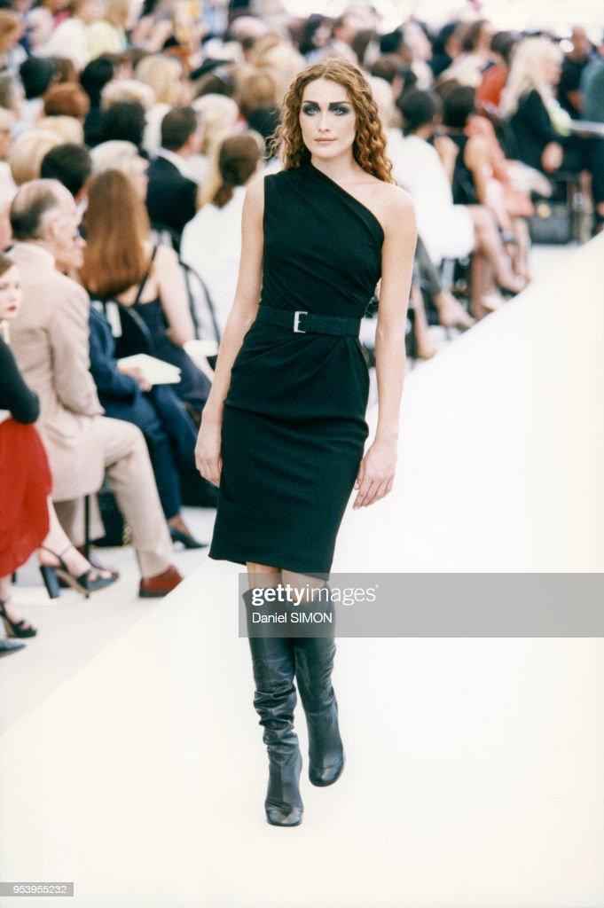 Portrait Du Mannequin Carla Bruni Lors Du Defile Chanel Pour La News Photo Getty Images