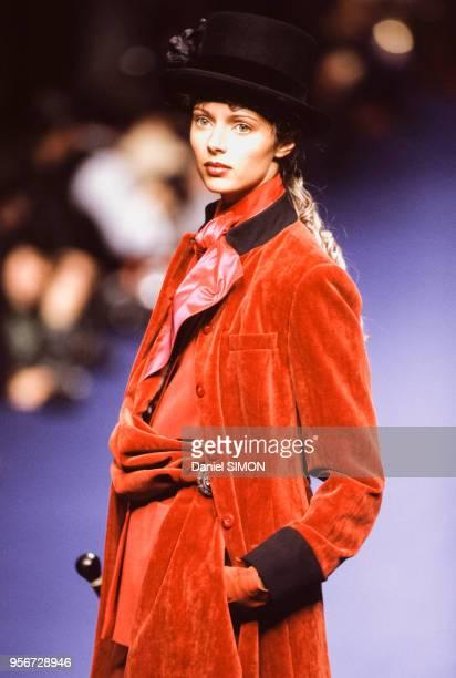 Portrait du mannequin Heather Stewart-Whyte portant une création du couturier Michel Klein lors du défilé de prêt-à-porter le 4 mars 1994 à Paris,...