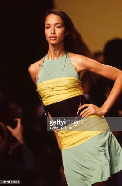Portrait du mannequin Helena Christensen portant une création du styliste Karl Lagerfeld lors du défilé de la collection printempsété le 13 octobre...
