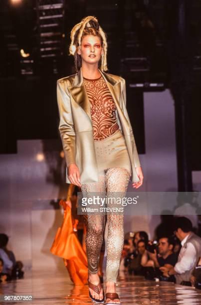 Portrait du mannequin Linda Evangelista portant une chemise et un pantalon dessinés par le couturier JeanPaul Gaultier lors du défilé de la...