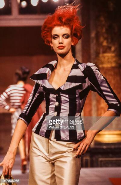 Portrait du mannequin Sibyl Buck portant un haut rayé et un pantalon dessinés par la couturière Vivienne Westwood lors du défilé de la collection...
