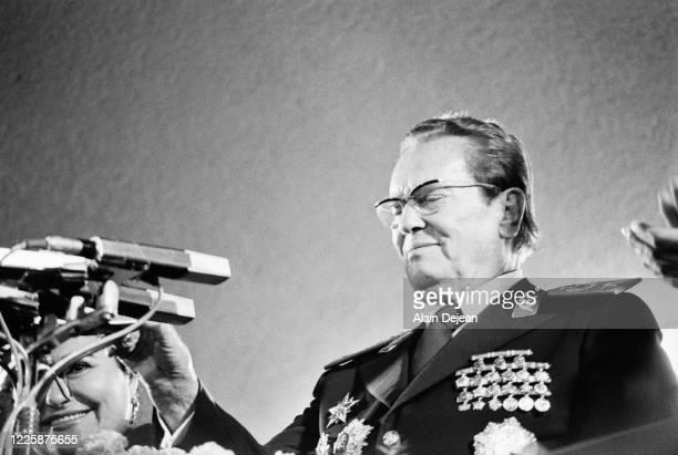 Portrait du Maréchal Tito pour son 85 ème anniversaire au stade de Belgrade en Serbie faisant un discours